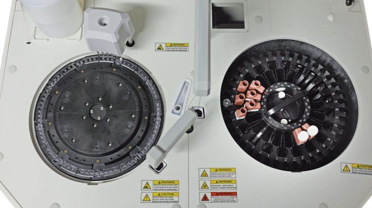 SISTEMA DI REFRIGERAZIONE- Scomparto reagenti e campioni refrigerato- Conservazione in ottimo stato dei reattivi - Controllo di consumo e scadenza dei reattivi- Allarmi di calibrazione
